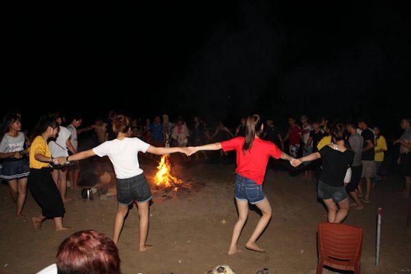 lửa trại bãi biển hồ cốc